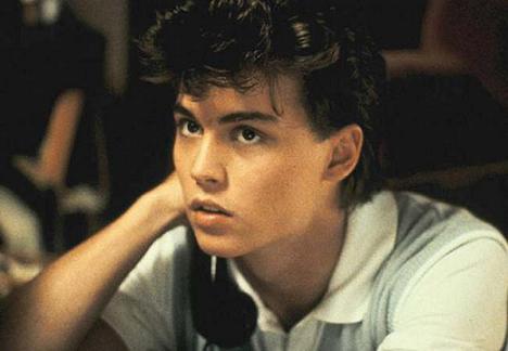 """Johnny em seu primeiro papel no cinema, o adolescente no terror """"A Hora do Pesadelo""""."""